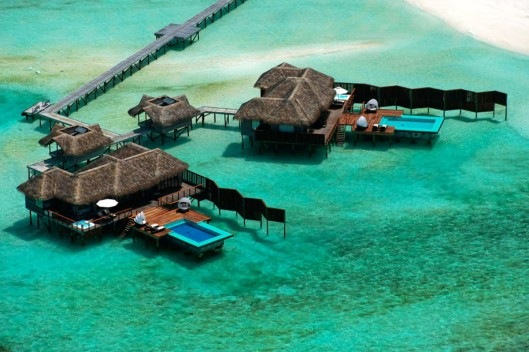 Awesome-Luxury-Overwater-Resort-in-Amazing-Decoration-915x610